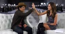 Miranda Kerr's flirty chat with Bruno Mars - Video